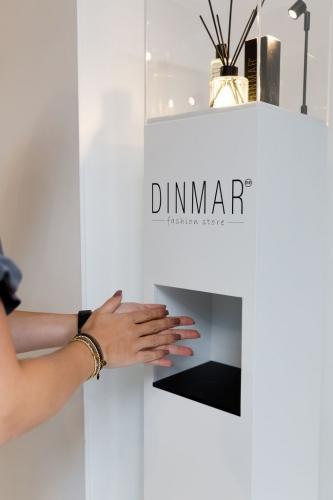 Associer un socle en bois avec un distributeur de gel hydroalcoolique, voilà une belle idée!